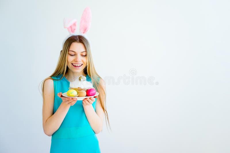 Κορίτσι με τα αυτιά λαγουδάκι και τα χρωματισμένα αυγά στοκ εικόνα με δικαίωμα ελεύθερης χρήσης