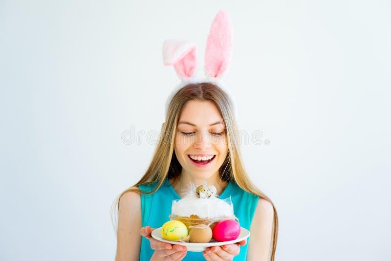 Κορίτσι με τα αυτιά λαγουδάκι και τα χρωματισμένα αυγά στοκ φωτογραφία