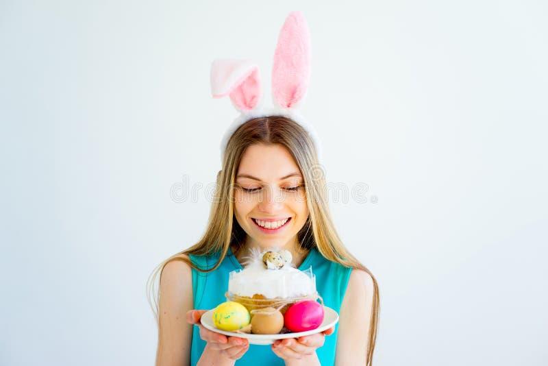 Κορίτσι με τα αυτιά λαγουδάκι και τα χρωματισμένα αυγά στοκ εικόνες