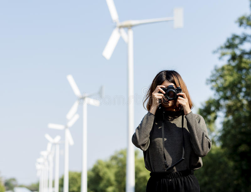 Κορίτσι με τα γυαλιά που παίρνουν τη κάμερα φωτογραφιών στοκ φωτογραφίες