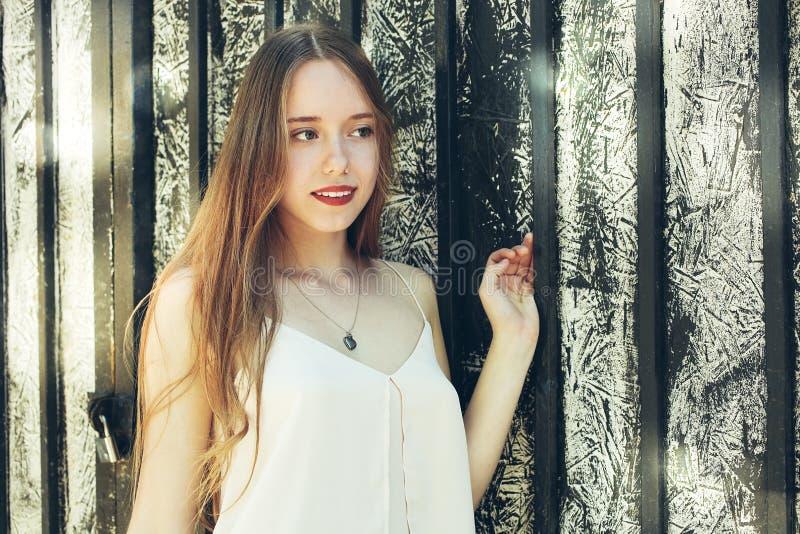Κορίτσι με τα κόκκινα χείλια και σε μια μπλούζα στοκ εικόνα