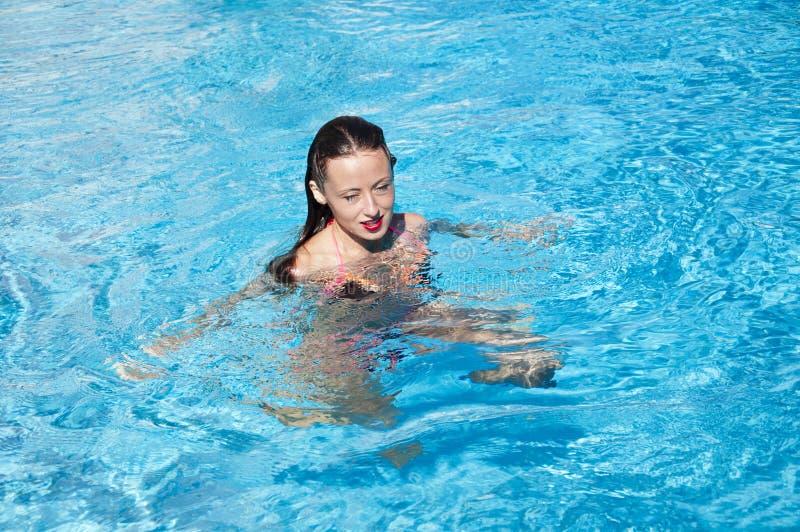 """Κορίτσι με τα κόκκινα χείλια και την υγρή τρίχα Η παραλία Ï""""Î¿Ï… Μαϊάμι έχ στοκ φωτογραφία"""