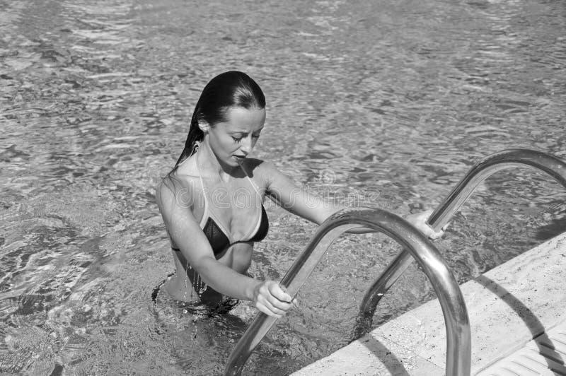 """Κορίτσι με τα κόκκινα χείλια και την υγρή τρίχα Η παραλία Ï""""Î¿Ï… Μαϊάμι έχ στοκ εικόνες"""