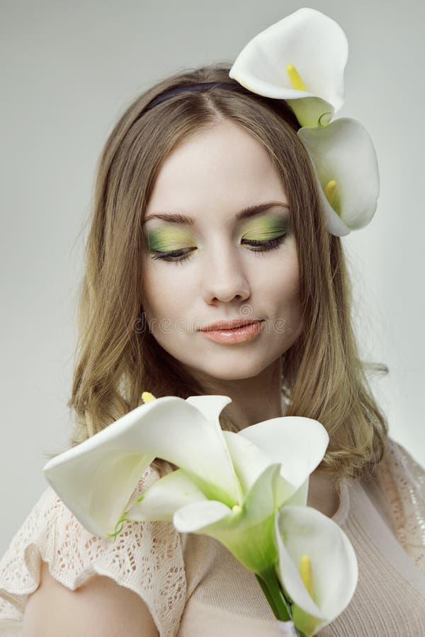 Κορίτσι με τα λουλούδια στοκ εικόνες με δικαίωμα ελεύθερης χρήσης