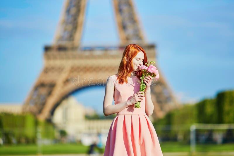 Κορίτσι με τα παραδοσιακά γαλλικά λουλούδια μπροστά από τον πύργο του Άιφελ στοκ φωτογραφίες