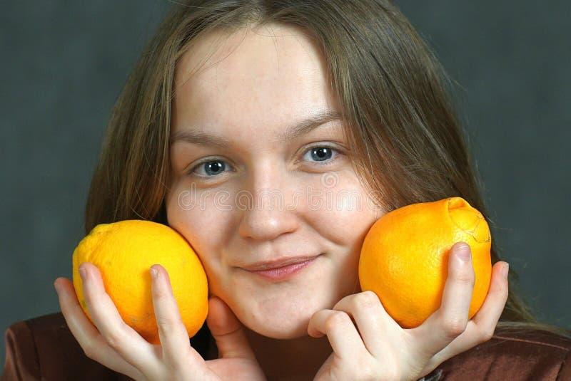 Κορίτσι με τα πορτοκάλια στοκ φωτογραφία