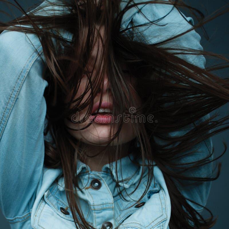 Κορίτσι με τα πλήρη χείλια και μακρυμάλλης σε ένα σακάκι τζιν στοκ εικόνες με δικαίωμα ελεύθερης χρήσης