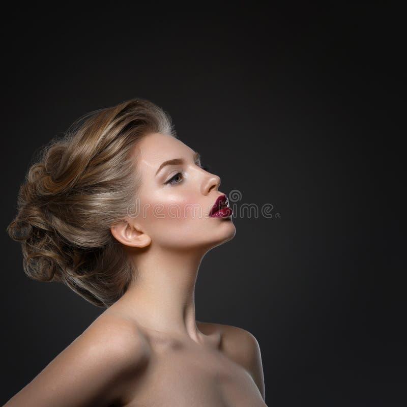 Κορίτσι με τα σκοτεινά χείλια και το hairdo στοκ εικόνες