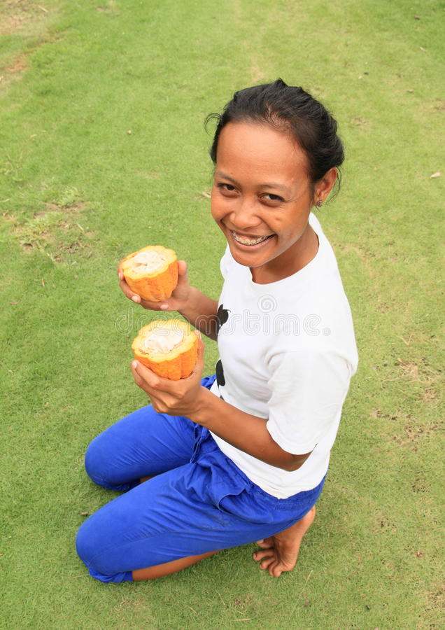 Κορίτσι με τα φρούτα σοκολάτας στοκ φωτογραφία