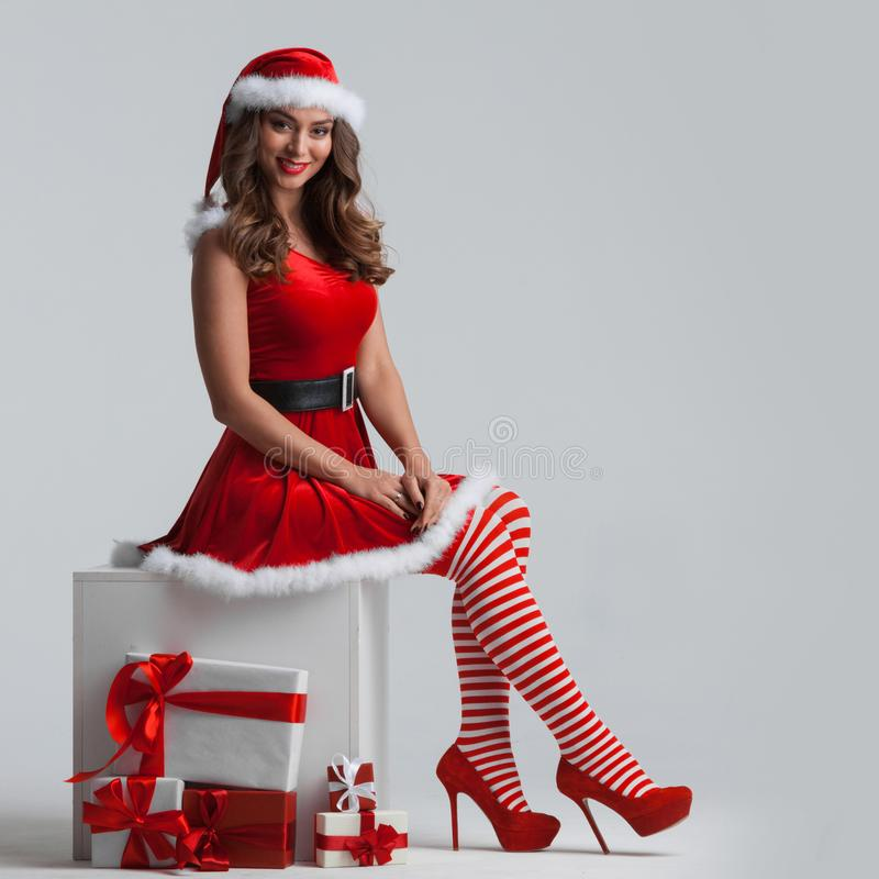 Κορίτσι με τα χριστουγεννιάτικα δώρα στοκ φωτογραφία