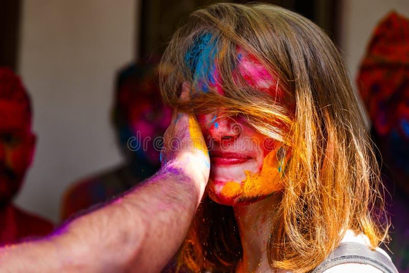 Κορίτσι με τα χρώματα στο φεστιβάλ Holi των χρωμάτων στο Δελχί Ινδία στο 2$ο στοκ εικόνα