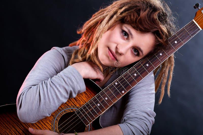 Κορίτσι με τα dreadlocks που κρατούν την κιθάρα στοκ φωτογραφία με δικαίωμα ελεύθερης χρήσης