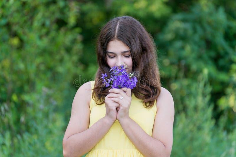 Κορίτσι με την ανθοδέσμη των μπλε άγριων λουλουδιών έξω το καλοκαίρι στοκ εικόνες