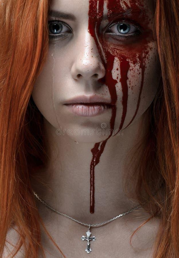 Κορίτσι με την κόκκινη τρίχα, αιματηρό πρόσωπο στοκ εικόνες