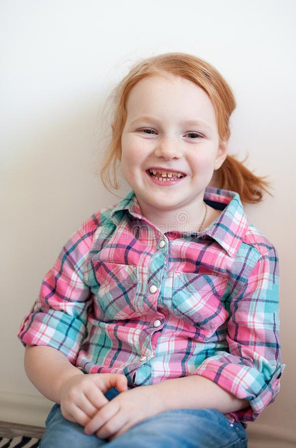 Κορίτσι με την οδοντική τερηδόνα στοκ εικόνες
