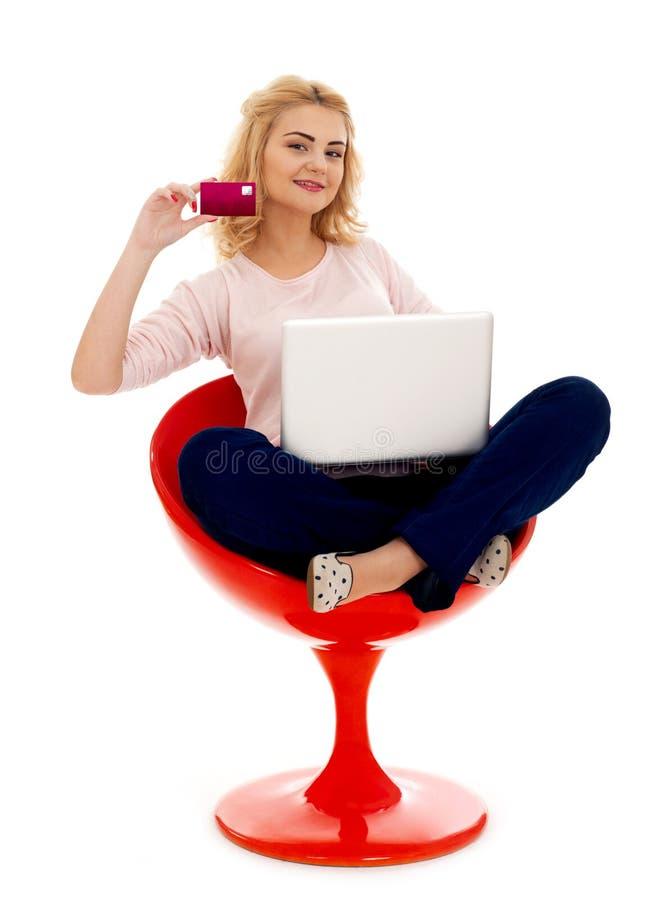 Κορίτσι με την πιστωτική κάρτα και το lap-top στοκ εικόνες