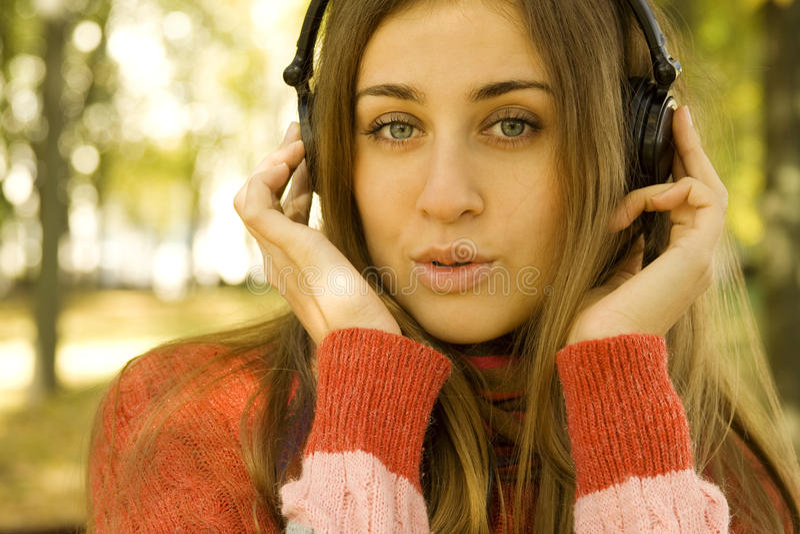 Download Κορίτσι με την πτώση ακουστικών Στοκ Εικόνα - εικόνα από κόκκινος, ελευθερία: 17054179