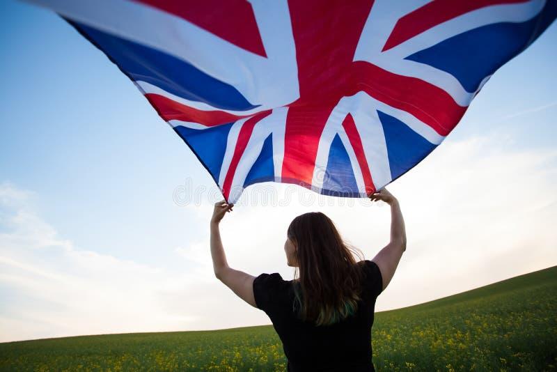 Κορίτσι με τη βρετανική σημαία στον πράσινο τομέα στοκ φωτογραφίες με δικαίωμα ελεύθερης χρήσης