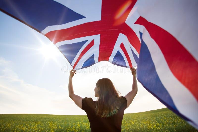 Κορίτσι με τη βρετανική σημαία στον πράσινο τομέα στοκ εικόνα με δικαίωμα ελεύθερης χρήσης