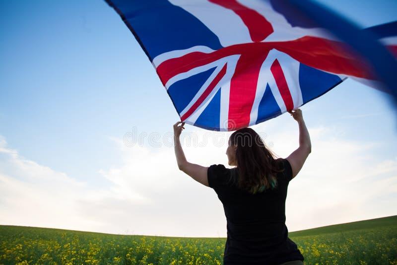Κορίτσι με τη βρετανική σημαία στον πράσινο τομέα στοκ φωτογραφία με δικαίωμα ελεύθερης χρήσης