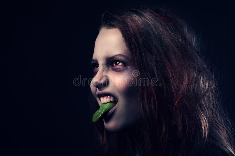 Κορίτσι με τη γλώσσα †‹â€ ‹της έξω στοκ φωτογραφία με δικαίωμα ελεύθερης χρήσης