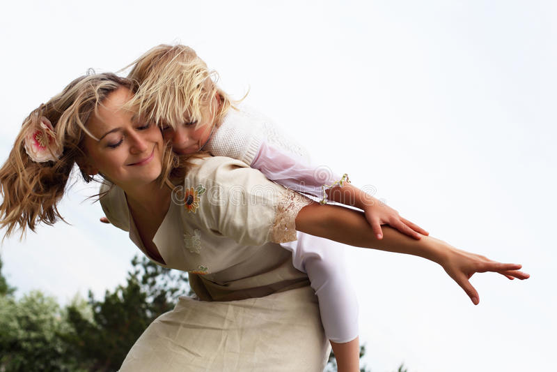 Κορίτσι με τη μητέρα στο πάρκο στοκ φωτογραφία με δικαίωμα ελεύθερης χρήσης