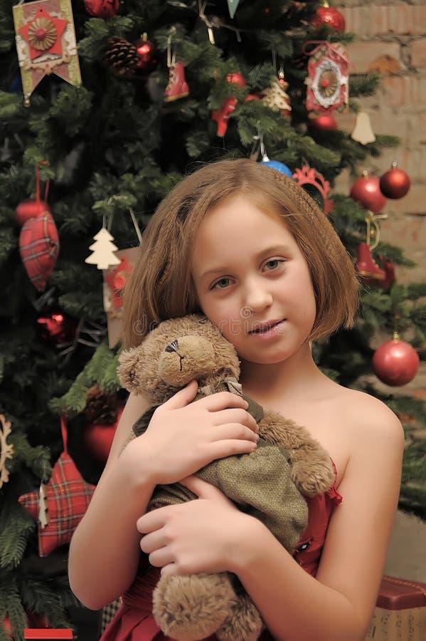 Κορίτσι με τη teddy αρκούδα στα χέρια της στοκ εικόνες