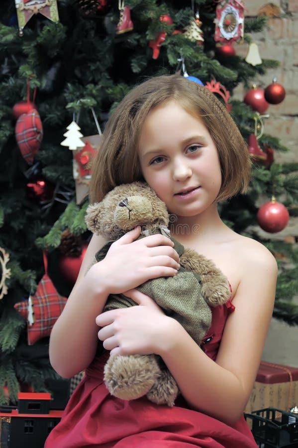 Κορίτσι με τη teddy αρκούδα στα χέρια της στοκ φωτογραφία με δικαίωμα ελεύθερης χρήσης