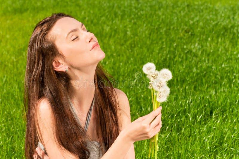 Κορίτσι με τις πικραλίδες στοκ εικόνες με δικαίωμα ελεύθερης χρήσης