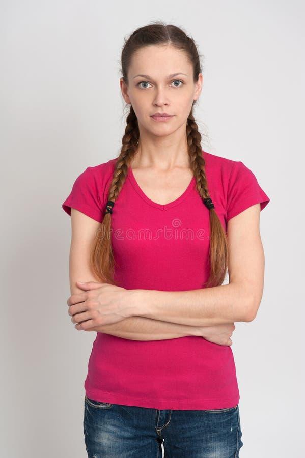 Κορίτσι με τις πλεξίδες που φορούν την μπλούζα στοκ εικόνα με δικαίωμα ελεύθερης χρήσης