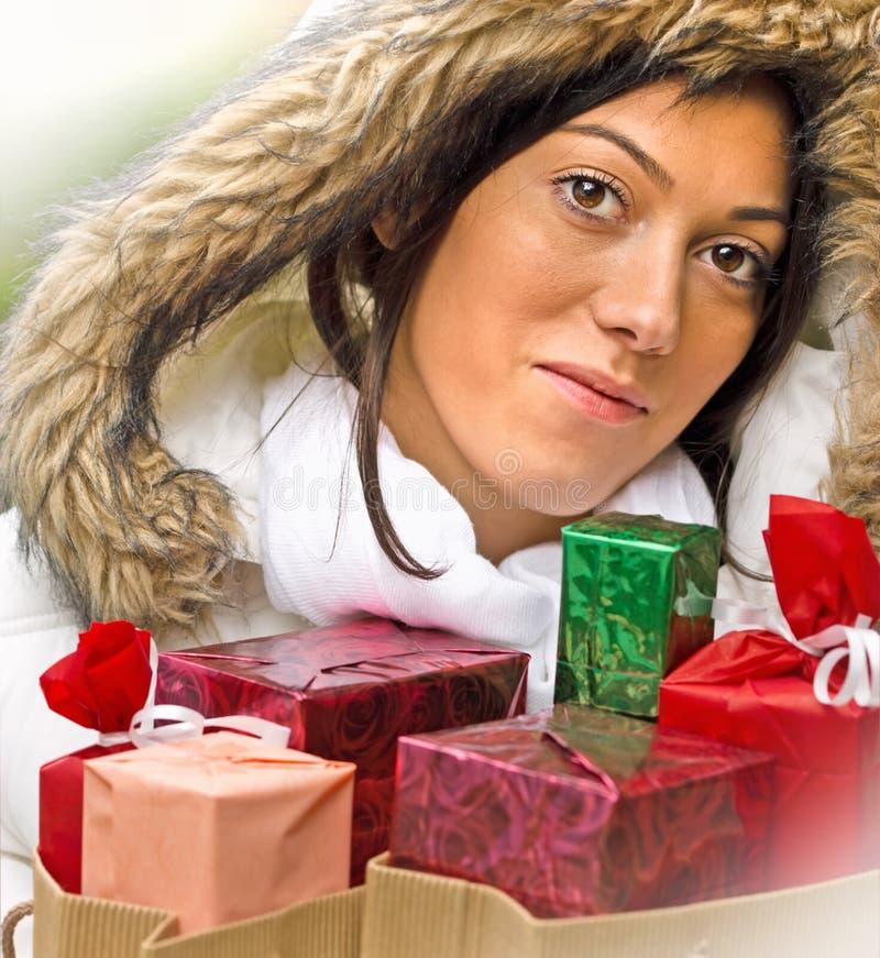 Κορίτσι με τις τσάντες Χριστουγέννων μετά από στοκ εικόνα
