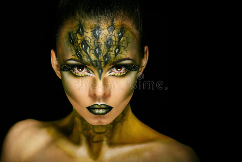 Κορίτσι με τον ασυνήθιστο κροκόδειλο makeup στοκ φωτογραφίες με δικαίωμα ελεύθερης χρήσης