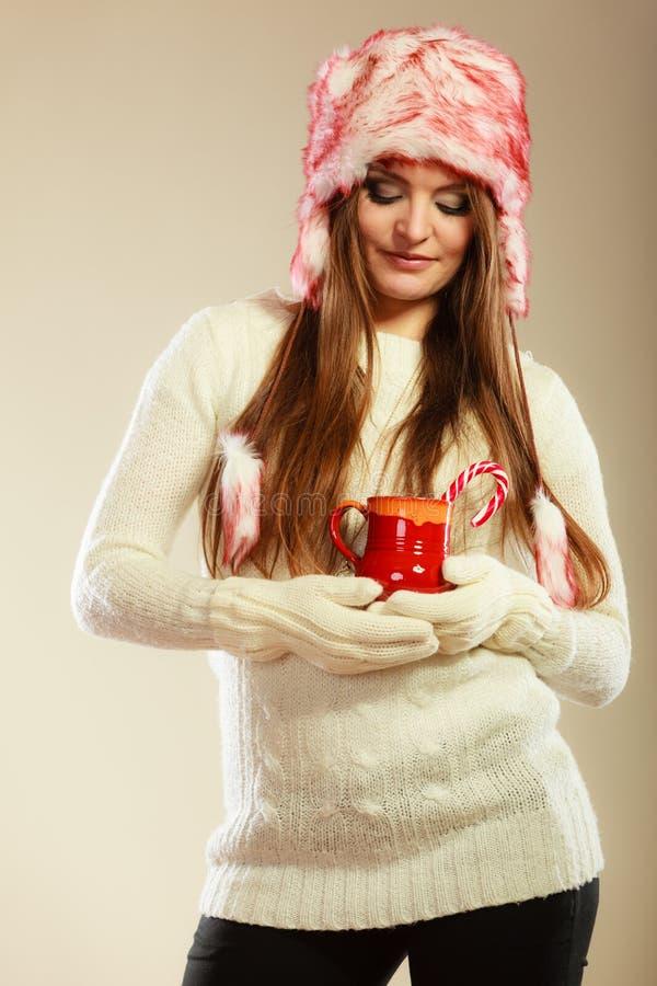 Download Κορίτσι με τον κάλαμο στην κούπα Χριστουγέννων Στοκ Εικόνα - εικόνα από γυναίκα, αρκετά: 62706063