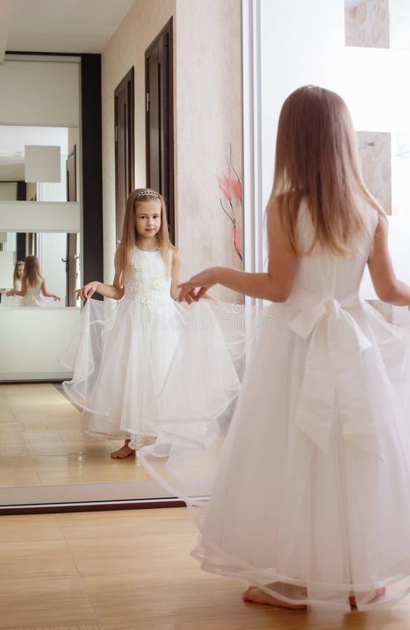 Κορίτσι με τον καθρέφτη στο υπόβαθρο στοκ φωτογραφία με δικαίωμα ελεύθερης χρήσης