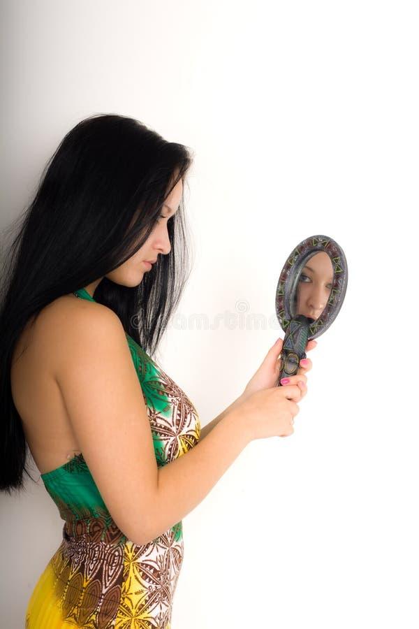 Κορίτσι με τον καθρέφτη στοκ φωτογραφίες με δικαίωμα ελεύθερης χρήσης
