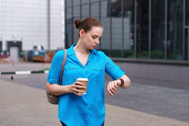 Κορίτσι με τον καφέ και wristwatch στοκ εικόνα με δικαίωμα ελεύθερης χρήσης