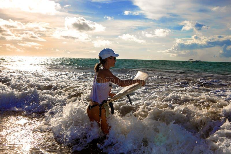 Κορίτσι με τον πίνακα κυματωγών στοκ εικόνες