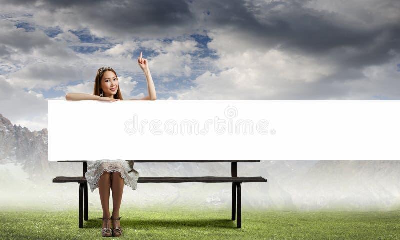 Κορίτσι με το έμβλημα στοκ εικόνα