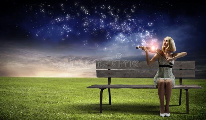 Κορίτσι με το βιολί στοκ φωτογραφίες με δικαίωμα ελεύθερης χρήσης