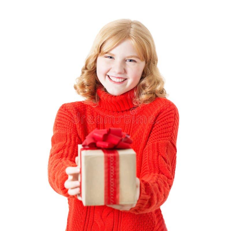 κορίτσι με το δώρο στο κιβώτιο στο άσπρο υπόβαθρο στοκ εικόνα με δικαίωμα ελεύθερης χρήσης