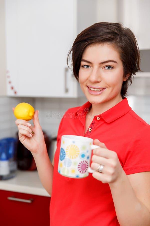 Κορίτσι με το λεμόνι και το φλυτζάνι στοκ φωτογραφίες με δικαίωμα ελεύθερης χρήσης