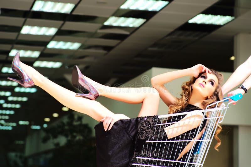 Κορίτσι με το καροτσάκι αγορών στοκ φωτογραφία με δικαίωμα ελεύθερης χρήσης