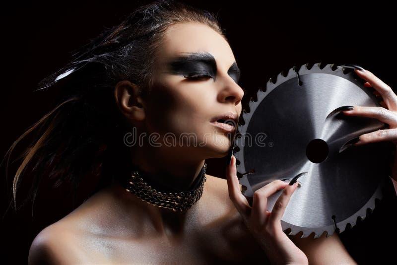 Κορίτσι με το κυκλικό πριόνι στοκ φωτογραφίες με δικαίωμα ελεύθερης χρήσης