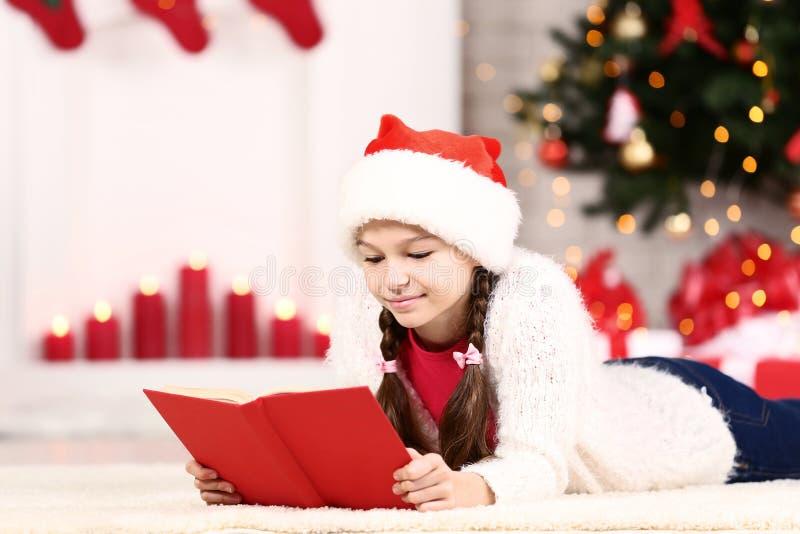 Κορίτσι με το κόκκινο βιβλίο στοκ φωτογραφία με δικαίωμα ελεύθερης χρήσης