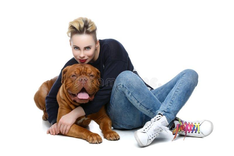 Κορίτσι με το μεγάλο καφετί σκυλί στοκ φωτογραφία με δικαίωμα ελεύθερης χρήσης