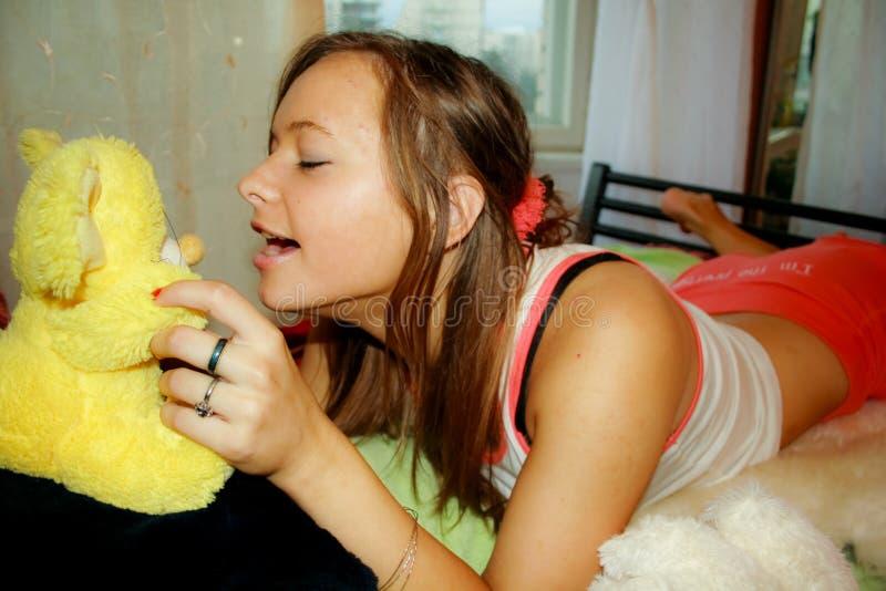 Κορίτσι με το παιχνίδι-ποντίκι στοκ εικόνα