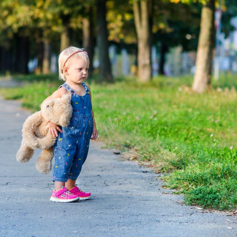 Κορίτσι με το παιχνίδι στοκ φωτογραφίες