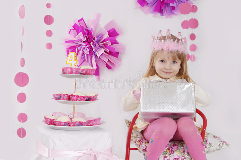 Κορίτσι με το παρόν στη ρόδινη γιορτή γενεθλίων διακοσμήσεων στοκ φωτογραφία