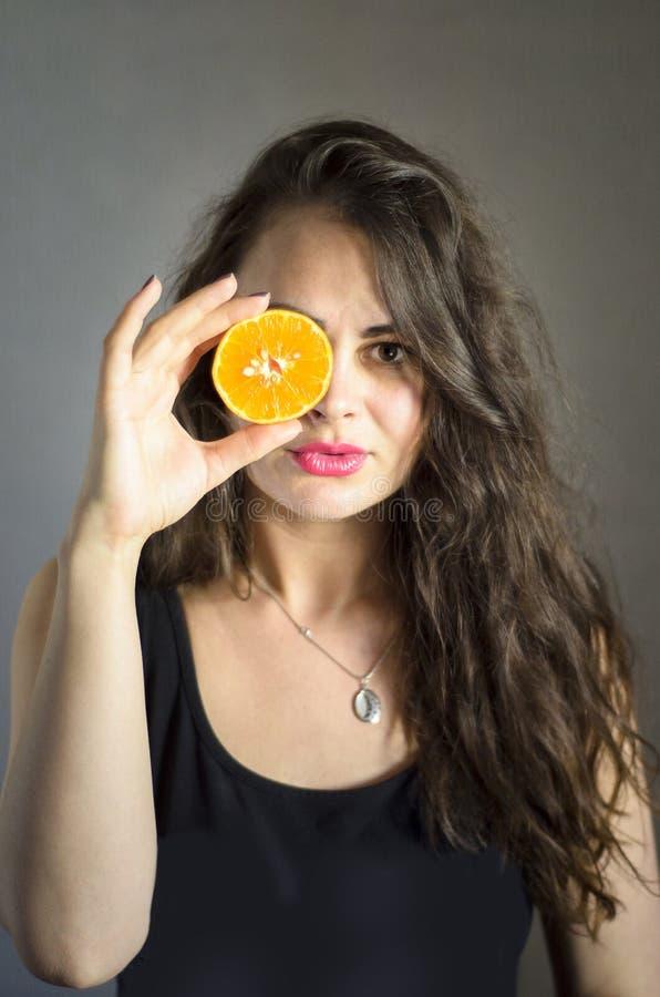 Κορίτσι με το πορτοκάλι στοκ φωτογραφίες με δικαίωμα ελεύθερης χρήσης