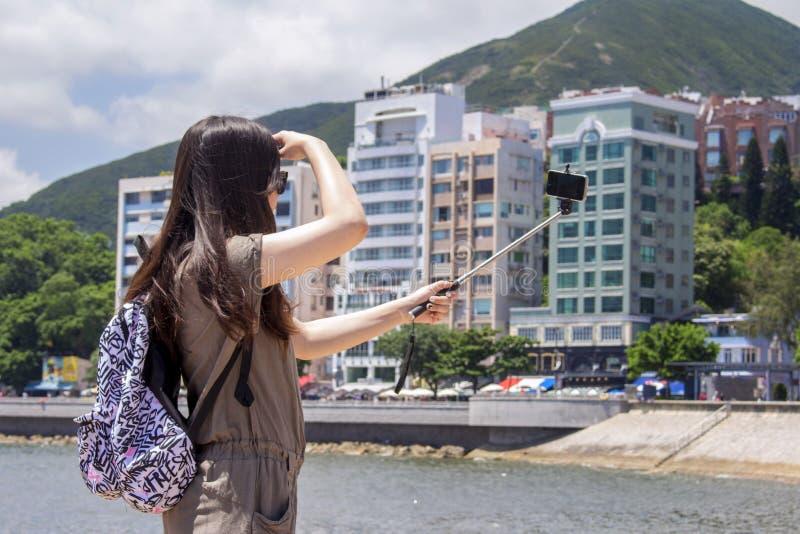 Κορίτσι με το ραβδί selfie που παίρνει την εικόνα στοκ εικόνα με δικαίωμα ελεύθερης χρήσης